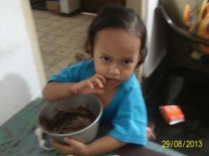adek Shafa bantu bersihin panci coklat