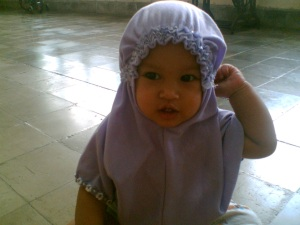 Shafa pake jilbab pertamanya, usia 8 bulanan