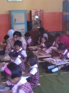 tuuuuhh.. Shafa di dalam kelas tanpa ditemani Mami :)